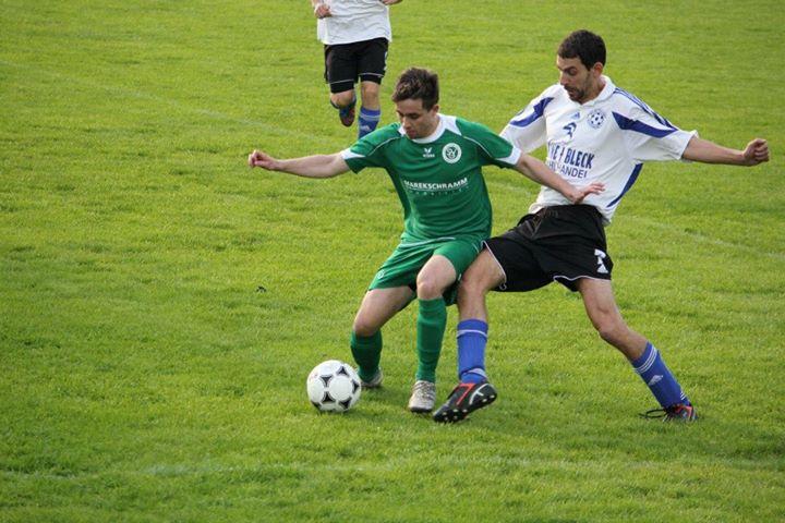Patrick Stötzer (rechts) lässt seinem Ilmenauer Gegenspieler keine Zeit bei der Ballannahme.